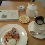 カモCafe - ポットティー(550円) ケーキを一緒に頼むと150円引き