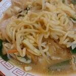 永楽 - 甘さと濃厚さが加わったスープを平打ち麺が持ち上げてくれます。