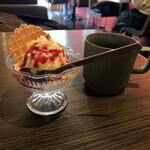 roku cafe - ミニデザート 220円(税込) と ランチに無料でついているドリンクバーのホットコーヒー