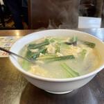 144749361 - 玉子の澄ましスープ                       パイコー飯にスープが付かないそうなので、量は多いとは知りつつも注文。                       玉子に青菜・キクラゲ・たけのこ・にんじん・ねぎ、味は普通の玉子スープです。