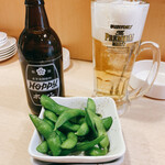 日本橋焼餃子 - 晩酌セット680円の枝豆と白ホッピー