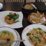 TAITO - 魂の餃子(すっぽん入り)、チャーハン、季節野菜の五目炒め、野菜スープ、鶏の素揚げ中国ハーブソース