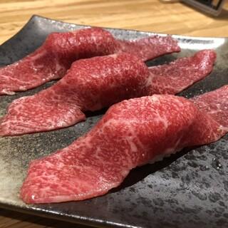 いろんな部位が味わえる盛り合わせ、目にも楽しい炙り寿司も◎