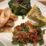 カフェ&ミール ムジ - 根菜ラタトゥイユ、干し野菜と帆立のサラダ、玉子焼き、何とかとビーツだったかな?