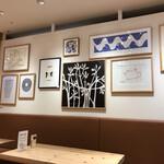 カフェ&ミール ムジ - 壁には絵がずらり~