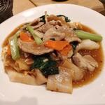 マンゴツリーカフェ - タイのあんかけそば(太麺) きしめんか?(笑)