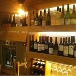 ゴウ スタンド - 壁に並ぶワインワインワイン