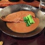 菱田屋 - 鯖味噌煮。梅干しでわなく生姜を入れるレシピ。青菜を添えてあるのが嬉しい。
