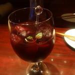 14482279 - 「サングリア(赤)デキャンタ」(2100円)グラス注ぎ後