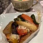シャルムベーカリー・ポンシェ - たっぷり野菜のタルティーヌ ¥324(税込)