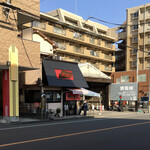 144832745 - 黒い屋根と赤い看板は、最近、塗り直したのかなぁ