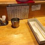 地球の中華そば - 店舗内観、箸とレンゲはお店側が準備