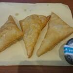 コレステ ドーナツ - 料理写真:ポン・デ・アモ 3コ(右のカップの粉砂糖をかけて出来上がり)