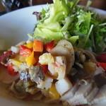 カフェ・エスケープ - 鶏肉がジューシーで柔らかく、野菜もたっぷり♪