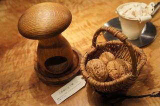 クルミドコーヒー - テーブルの上にはくるみ。ご自由にどうぞ♪