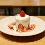 """カフェ&ブックス ビブリオテーク - いちごのショートケーキ いちご""""発酵""""バターソース"""