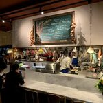 イルキャンティ・メッツォ - カウンターのあるオープンキッチンでライブクッキングの用な店内