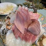 西村食堂 - 造り定食  2,600円×2(奥)ひらめ、(左)ぶり、(中)よこわ、(右)かんぱち、(手前)さわら、さざえ、いか、お造りの叩いたやつ