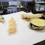 天ぷら 平松 - (左)車えびとししとう (右)穴子となす