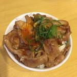 おとど食堂 - 無料ライスに焼肉と卵黄を載せてミニ豚丼。
