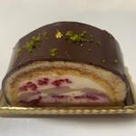 スーリィ・ラ・セーヌ - こちらも洋酒がしっかり効いたシャンプノワーズというケーキ。中には黄桃?とラズベリー?が入ってて酸味とマッチしてます。