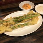 珉珉 - アスパラ一本丸々揚げ(600円)