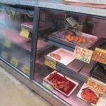 千葉ブロイラー - 惣菜&精肉ショーケースの様子。