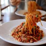 食堂RUTA - 豚肉・チーズ・キノコのトマトソースパスタ