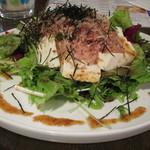 Qoo Qoo Cafe - 「くずし豆腐の和風サラダ」は、鰹節がたっぷり載せられています。