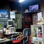 菊屋 - 時代劇が流れる店内
