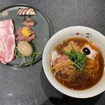 "Japanese Soba Noodles 蔦 - 「醤油ラーメン」1200円と「名物""特製""皿」1000円"