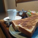 喫茶 アカリマチ - シナモントースト、サラダ、ストロングブレンド。
