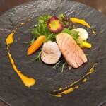 アンバーコート - 帆立貝の炙りとサーモンの燻製 彩り野菜のサラダ添え 金時人参のヴィネグレット