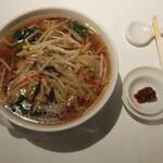 """145061491 - """"サンマー麺""""のTopView、「お好みで!!」と、辛み用の豆板醤が別皿で付いてきます。"""