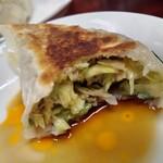 中村屋 - ジャンボ餃子2個220円(税込) 餃子はジャンボの文言に偽りなく、滅茶苦茶大きいです! 餡はキャベツがジャキジャキで、私の好みではありませんが、美味しくいただけました。