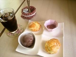 カフェ シューデポッコ - ホットシュー・プレート、チョコアイスとメープルジャム