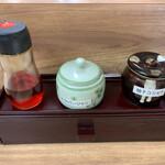 Misutaramen - カウンター席の箸入れの上に置いてある薬味のうち、醤油ラーメンには柚子コショウがオススメです。