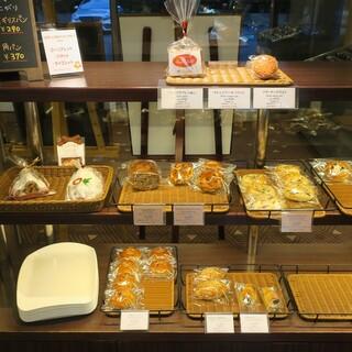 ケーキ&ベーカリー ジュリー - 料理写真:パン陳列棚の様子。