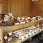 つみ木のパン屋さん - パンを乗せているカゴやスノコは手作り。朝の10:00過ぎでこの状態。人気店です。