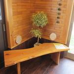 つみ木のパン屋さん - いつもは外に置いている長椅子。今日は暑いので店内に・・・