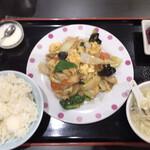満州園 - 料理写真:日替わりランチA豚肉とキクラゲ玉子炒め(820円)
