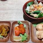 インドレストラン スパイスハウス - ◆エビチキンティッカセット◆1350円♪ 左から♪ チキンステーキ・チキンティッカ・エビマヨ 【右上】サラダ♪