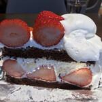 ハーブス - ストロベリーチョコレートケーキ930円。みずみずしい苺がたっぷりで、大人の味わいのスポンジ、あっさり生クリーム、濃厚カスタードと相まって、とても美味しくいただきました(╹◡╹)