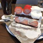 ハーブス - ストロベリーチョコレートケーキ930円、アイスコーヒー680円。セットがないので割高に感じますね。。。ドリンクは義務みたいです。。美味しかったから良しとします(笑)