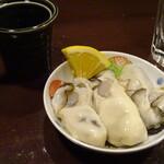 日本酒と音楽の店エイジ - お通しは生牡蠣