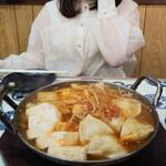 焼き鳥と生サワー トリサワ子 - キムチチゲ鍋一人前750円×2と頬を赤らめるお姉ちゃん