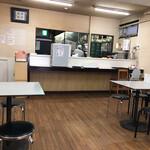 まるたかラーメン - 食堂のようなすっきり店内 混雑時は相席必須です!