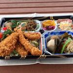 和食処 万松 - おかず8品を詰め込んだミックスフライ弁当1,300円