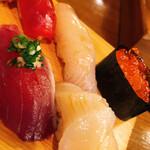 Yoshinosushihonten - 上段左から、赤身、鮃、イクラ、帆立、鰹。この帆立もうんまかった。全く身がダレていない。ランチで良くあるフニャフニャ感は皆無