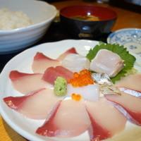 博多 魚頂天 - お昼の一番人気!海鮮丼!